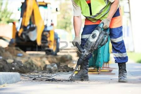 35065563-erbauerarbeitskraft-mit-pneumatischem-schlagbohrmaschine-ausrüstung-brechen-asphalt-straßenbaustelle