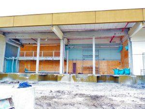 Abriss einer Stahlbetonfassade - Rest steht sicher